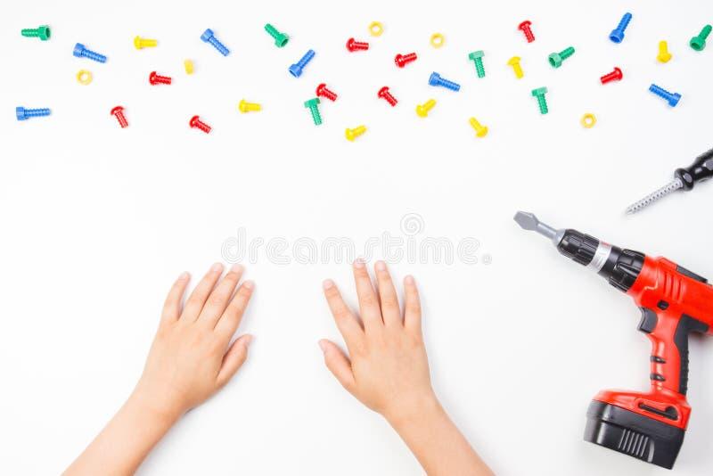 Odgórny widok na dziecka ` s wręcza bawić się z kolorowymi zabawek narzędziami na białym tle fotografia royalty free