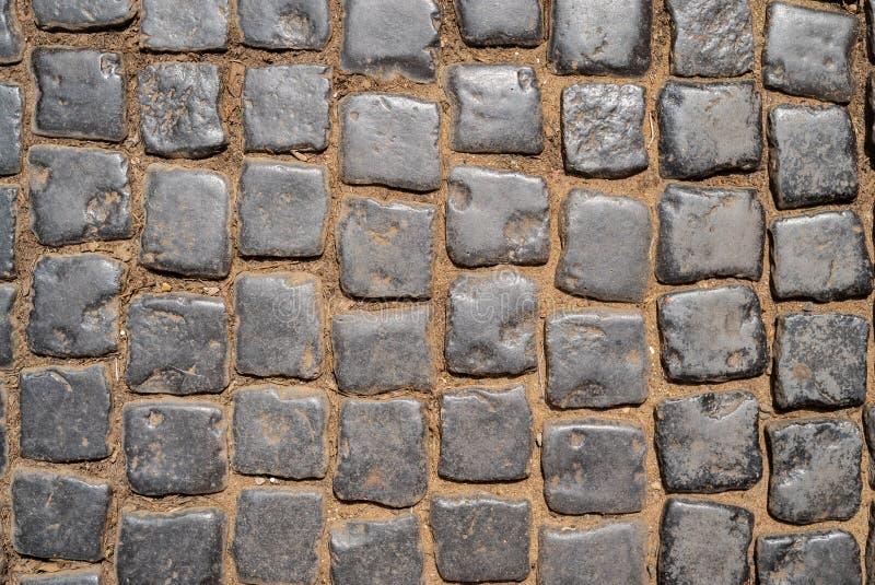 Odgórny widok na kamiennej drodze zamkniętej w górę Stary bruk granit Brown kwadrata brukowa chodniczek Egzamin próbny w górę lub obraz stock