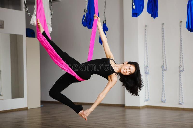 Odgórny widok na młodej żeńskiej osobie robi powietrzny joga ćwiczy zdjęcie stock