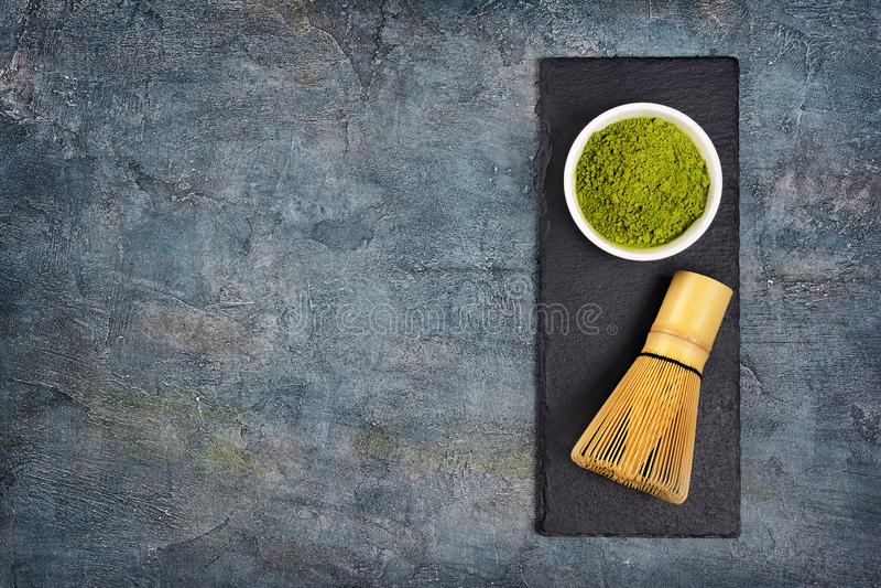 Odgórny widok na organicznie zielonym matcha teaï ¿ ½ proszku z bambusowym śmignięciem na czerń łupku desce obrazy royalty free