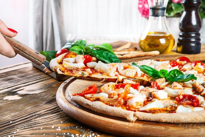 Odgórny widok na partyjnym jedzenie stole z pizzą zdjęcia stock