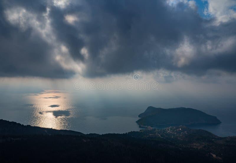 Odgórny widok na serpentynie z dennymi widokami na wyspie Kefalonia w Ionian morzu w Grecja fotografia stock