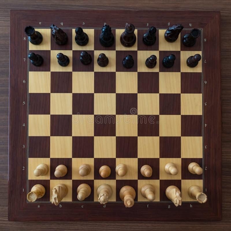 Odgórny widok na szachowych kawałkach na desce Przed szachowym turniejem obrazy stock