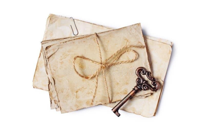 Odgórny widok na wiązce pusty stary rocznik yellowed papier ciąć na arkusze lub listy zdjęcia stock
