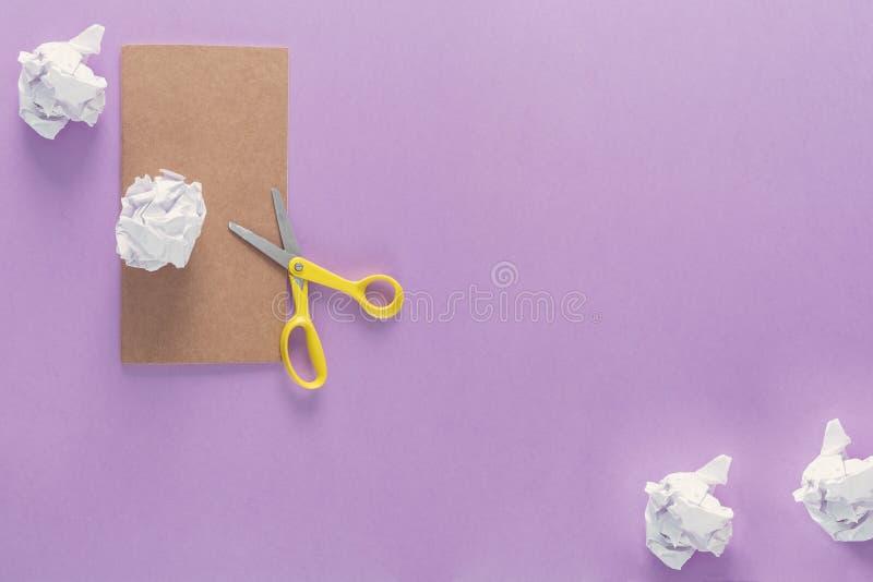 Odgórny widok nad szkolne dostawy jako nożyce, miący papier i notatnik od lewej strony fiołkowy tło, Popiera szkoła przeciw zdjęcie stock