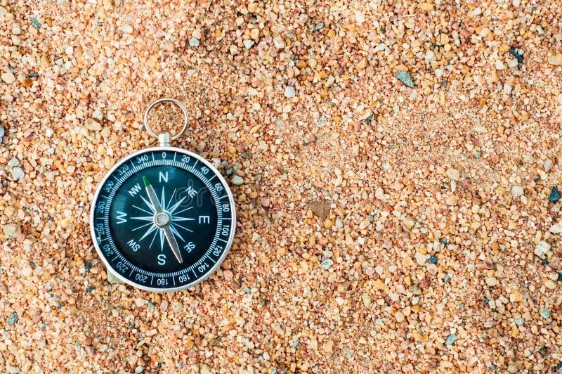 Odgórny widok Nautyczny kompas na piaska tle zdjęcia stock
