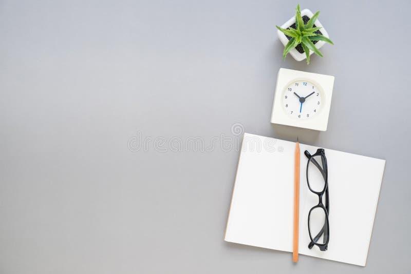 Odgórny widok notatników ołówkowi eyeglasses na biurku obrazy stock