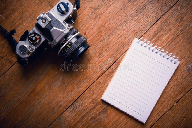 Odgórny widok notatnik kamera na Biurowego biurka stole i papier obraz royalty free