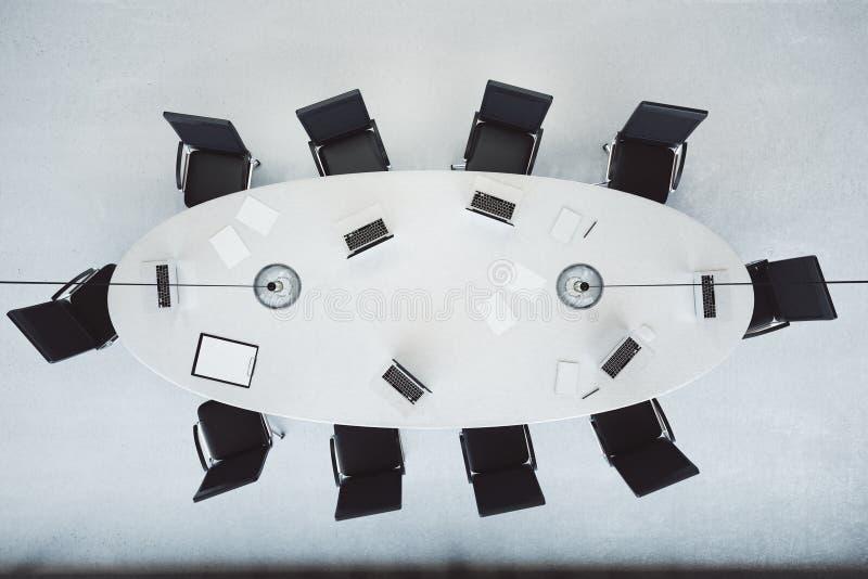 Odgórny widok nowożytna sala konferencyjna z owalu stołem zdjęcia royalty free