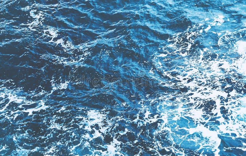 Odgórny widok ogromne ocean fala które rozbijają przeciw skalisty sh obraz stock