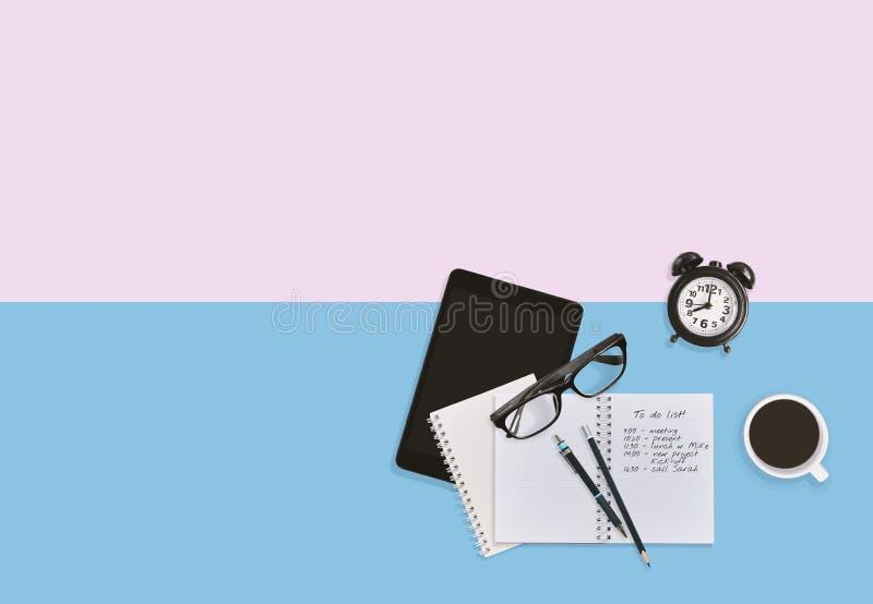 Odgórny widok osobisty miejsca pracy desktop w pastelu Planu biznesowego pracujący pojęcie z kopii przestrzenią ilustracji
