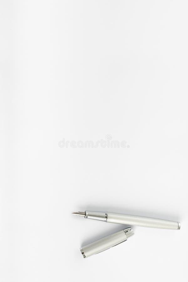 Odgórny widok otwarty atramentu pióra lying on the beach na pustym prześcieradle biały papier obraz royalty free