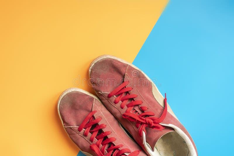 Odgórny widok pary canva tenisówka buty odizolowywający na dwoistej kolor powierzchni f zdjęcia stock