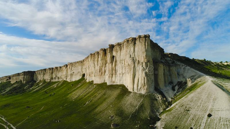 Odgórny widok piękna biel skała z zieloną trawą na tle niebieskie niebo strza? Panorama biała faleza z zielenią zdjęcie royalty free