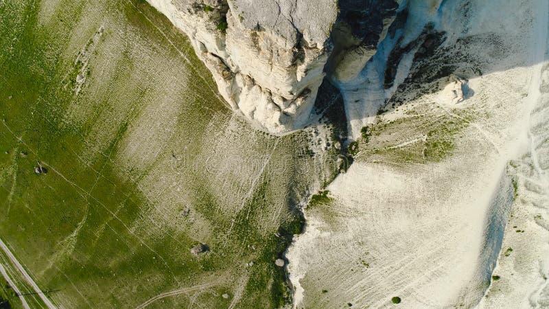 Odgórny widok piękna biel skała z zieloną trawą na tle niebieskie niebo strza? Panorama biała faleza z zielenią obraz stock