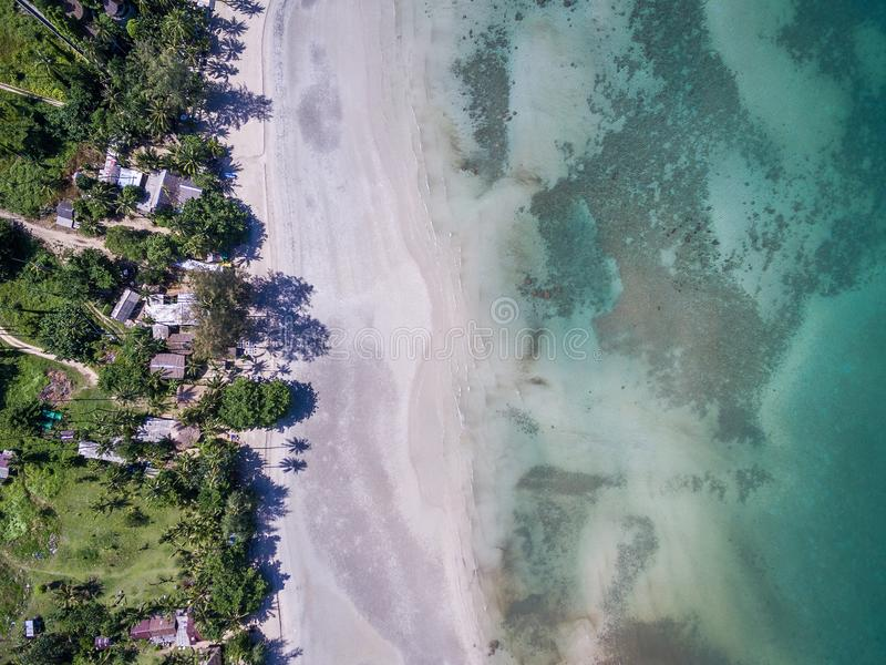 Odgórny widok piasek plaża na Koh Chang wyspie obrazy royalty free