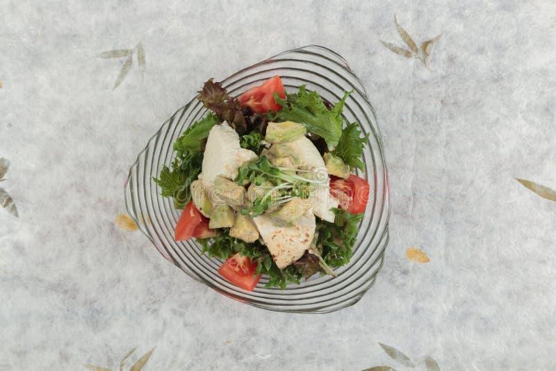 Odgórny widok piersi kurczaka sałatka wliczając avocado, pomidoru i czerwonego dębu polewy z, obraz stock
