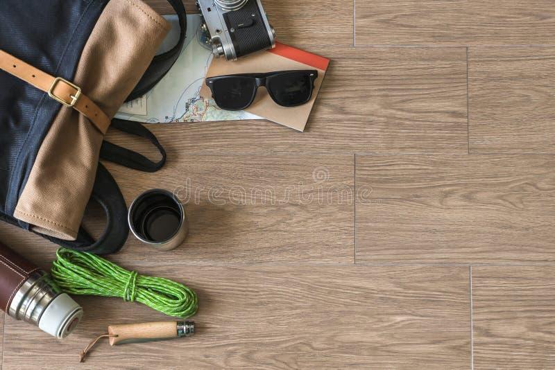 Odgórny widok podróż materiał na Drewnianym tle, campingu i kawie, obrazy royalty free