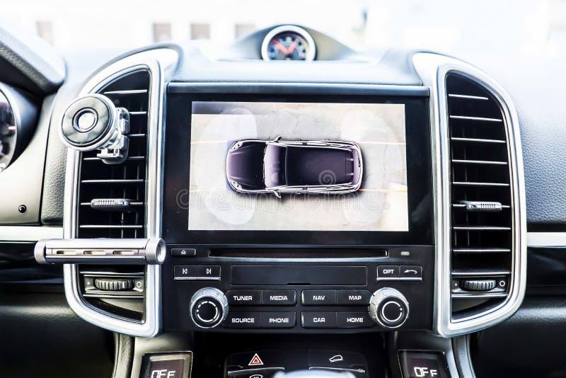 Odgórny widok, pokaz w wnętrzu luksusowy samochodowych przedstawień pracować cztery kamery w obwódka widoku asysty systemu 360 st obraz stock