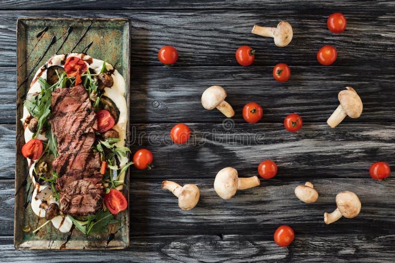 odgórny widok pokrajać smakosz piec stek z warzywami zdjęcie stock