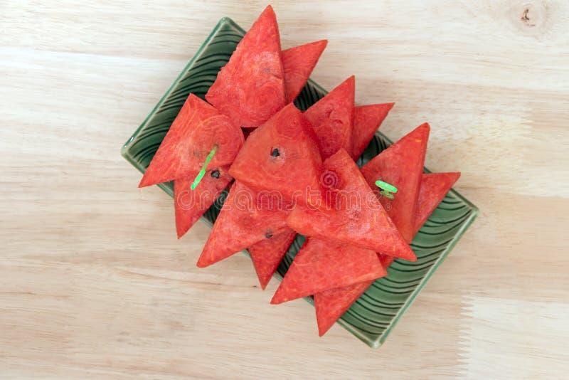Odgórny widok pokrojony arbuz na zieleń talerzu zdjęcia stock