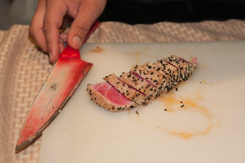 Odgórny widok pokrojony, osmalony tuńczyk pokrywający z wznoszącymi toast sezamowymi ziarnami, obraz stock