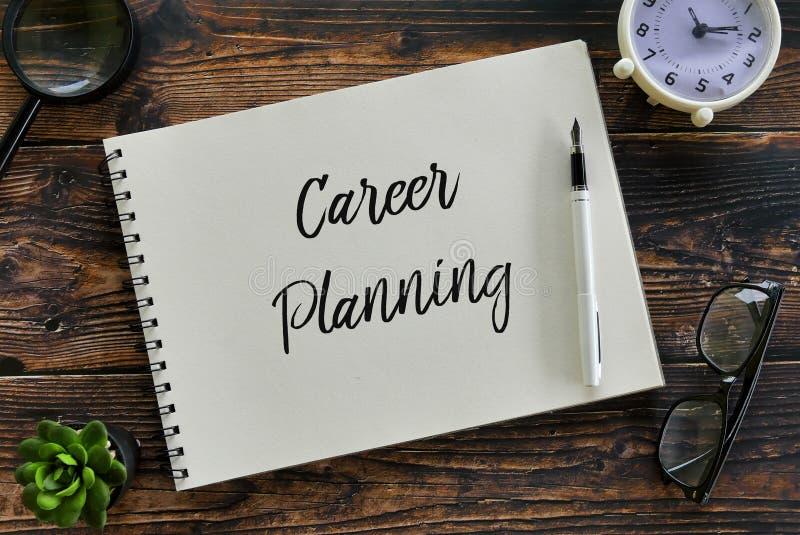 Odgórny widok powiększać - szkło, zegar, roślina, szkła, pióro i notatnik pisać z &-x27; Kariery planowanie &-x27; na drewnianym  obraz royalty free