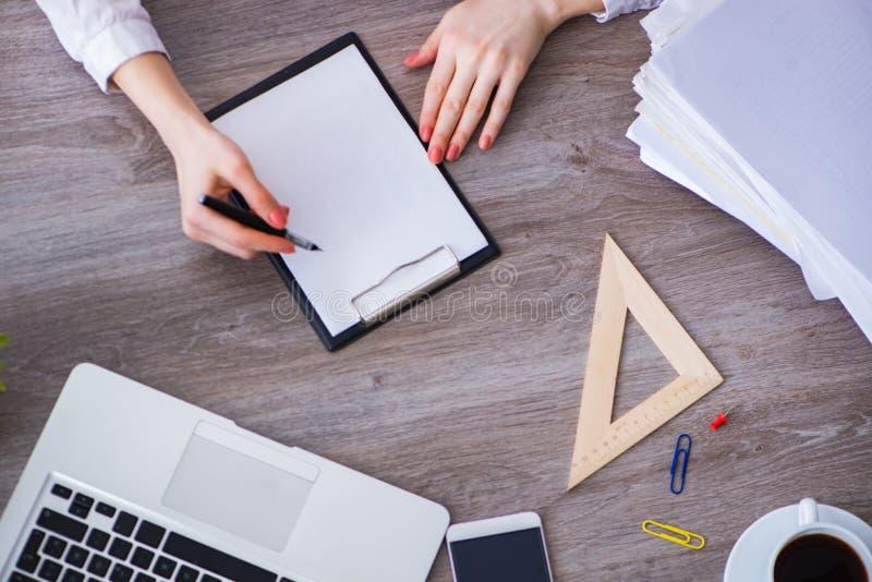 Odgórny widok pracujący biurko z rękami fotografia stock
