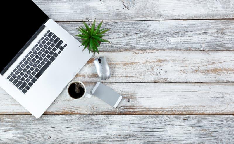 Odgórny widok pracujący desktop i kawowy napój z obfitością kopii przestrzeń obraz royalty free