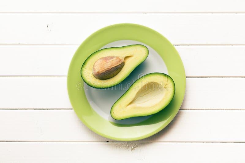 Odgórny widok przekrawający avocados zdjęcie stock