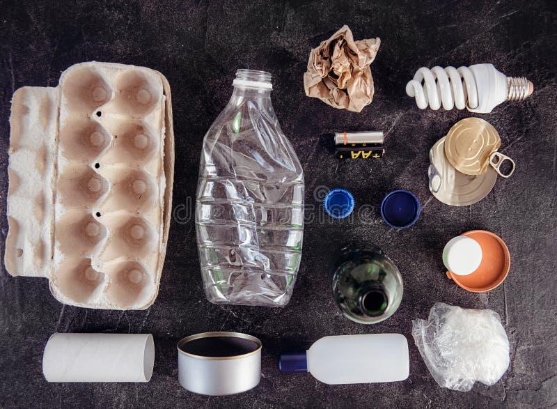 Odgórny widok Przetwarza i non przetwarza jako metal śmieciarska i reusable gospodarka odpadami, klingeryt, stary papier, szklani obrazy royalty free