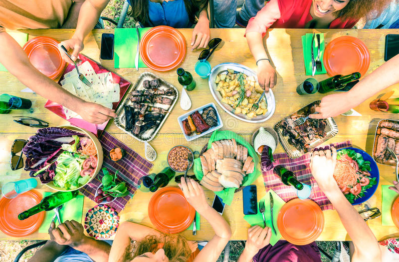 Odgórny widok przyjaciel wręcza porci jedzenie przy grilla ogrodowym przyjęciem zdjęcie royalty free
