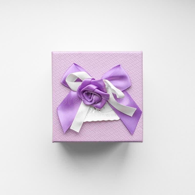 Odgórny widok purpurowy prezenta pudełko z atłasowym tasiemkowym łękiem na białym tle obrazy royalty free