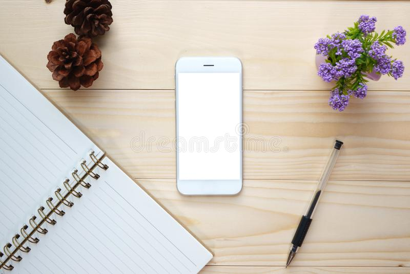 Odgórny widok pustego ekranu mądrze telefon na biurku zdjęcia royalty free