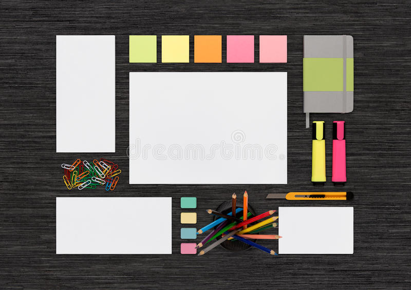 Odgórny widok pusty kolorowy materiały egzamin próbny up na czarnym biurze de obraz stock