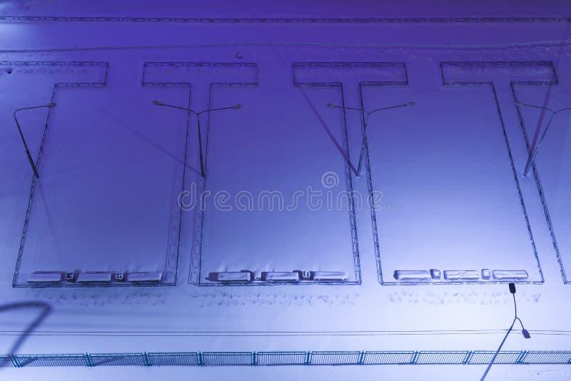odgórny widok pusty noc jard w śnieżnej zimie, noc Ławki, ścieżki jarda terytorium dom obraz royalty free