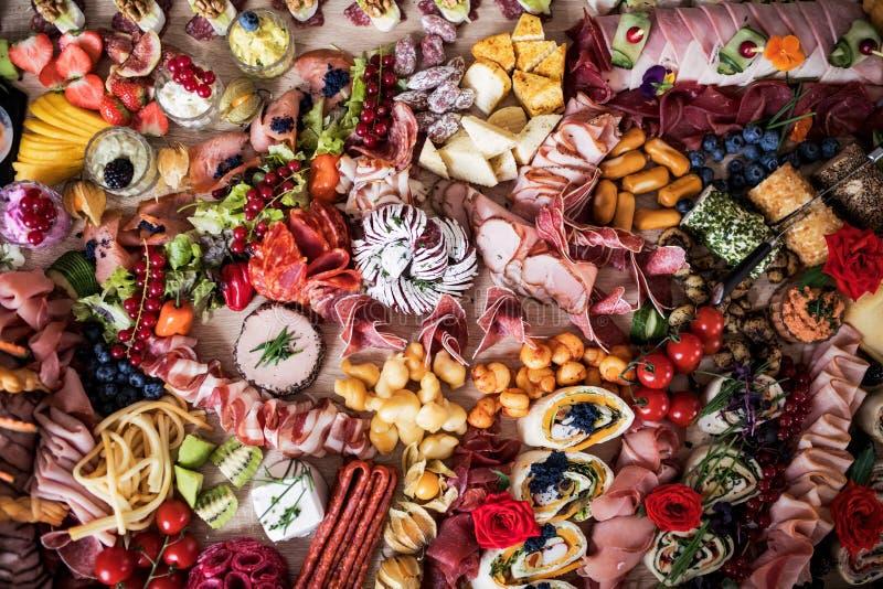 Odgórny widok różnorodny jedzenie i przekąski na tacy na salowym przyjęciu, zimny bufet obrazy royalty free