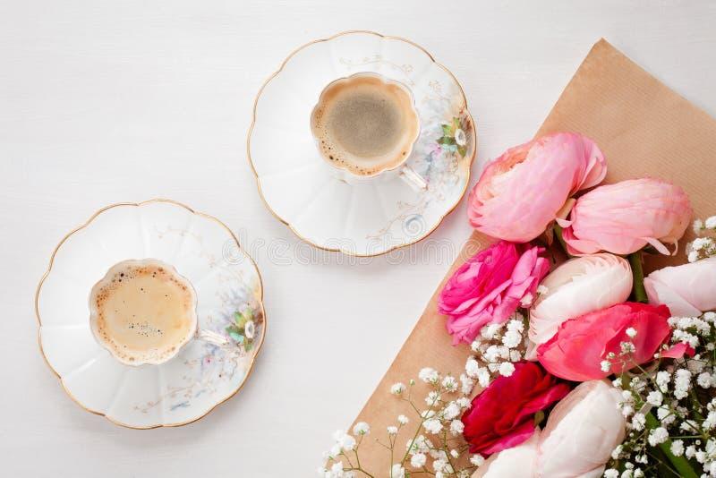 Odgórny widok różowić kwiaty i filiżankę kawy fotografia stock