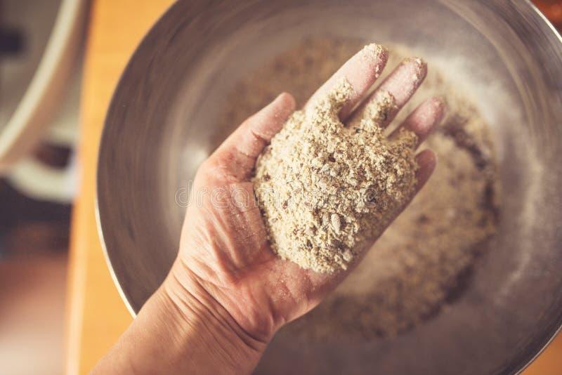 Odgórny widok ręka pełno żyto mąka zdjęcia stock