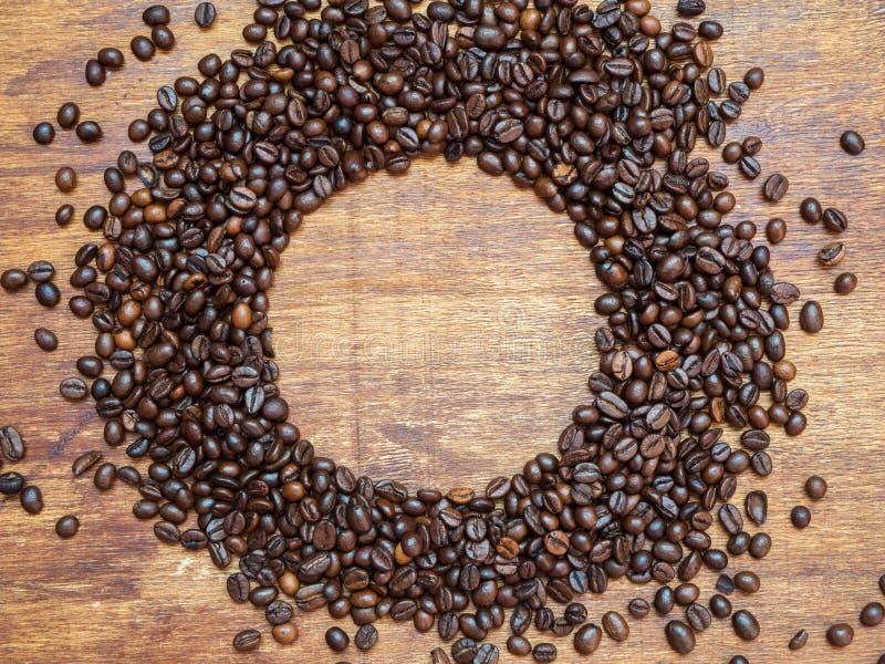 Odgórny widok robić piec kawowe fasole na drewnianym tle okrąg, copyspace, mieszkanie nieatutowy obraz royalty free