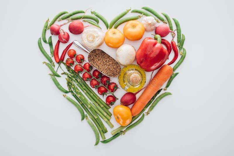 odgórny widok robić serce zieleni grochów, szparagowych i dojrzałych warzywa z pikantność, ilustracji