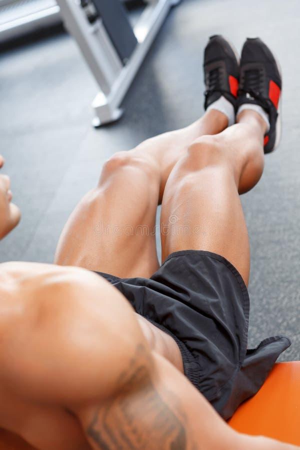 Odgórny widok robi ćwiczeniom w gym mężczyzna obrazy stock