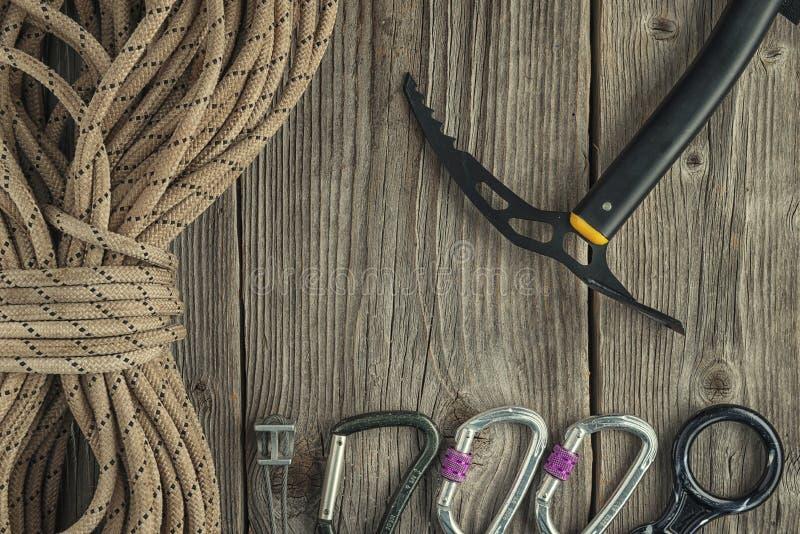 Odgórny widok rockowego pięcia wyposażenie na drewnianym tle Kredowa torba, arkana, wspina się buty, belay/rappel przyrząd, carab fotografia stock