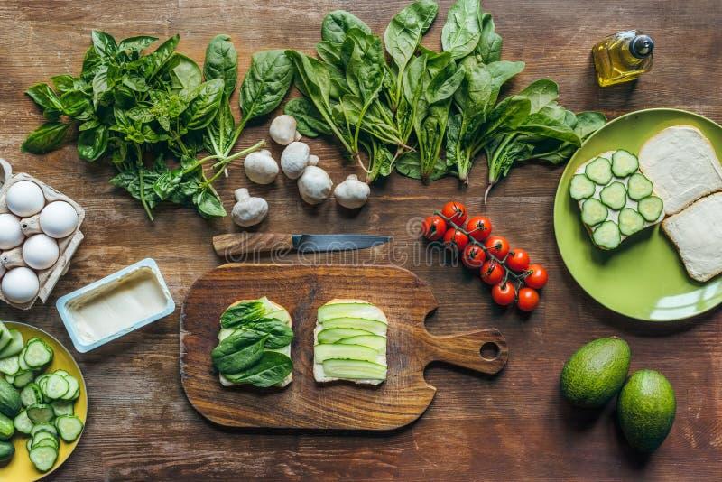 odgórny widok rozmaitość świezi warzywa, kremowy ser, kawałki chleb dla kulinarnego śniadania obraz stock