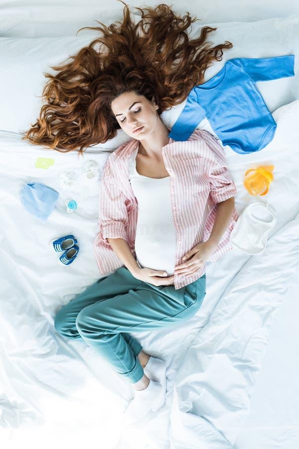 Odgórny widok rudzielec kobieta w ciąży obrazy stock