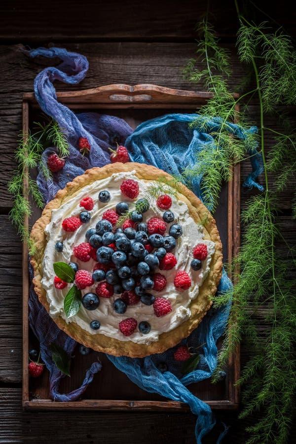 Odgórny widok słodki tarta z świeżymi czarnymi jagodami i malinkami zdjęcia royalty free