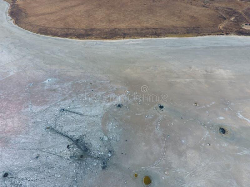 Odgórny widok słonego jeziora błota źródła Zewnętrznie podobieństwo z kraterami Borowinowe lecznicze wiosny zdjęcia stock