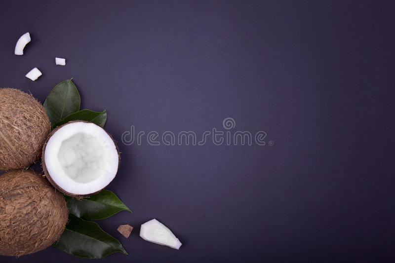 Odgórny widok skład piękni świezi koks Dwa całych jedna druga tropikalna owoc na błękicie i koks obrazy royalty free