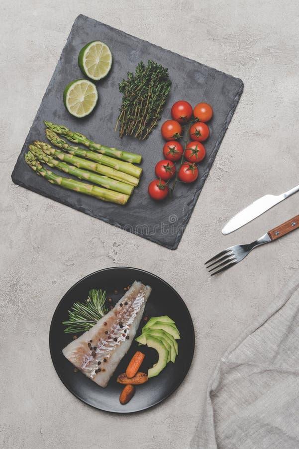 odgórny widok smakosz ryba z świeżymi zdrowymi warzywami fotografia royalty free