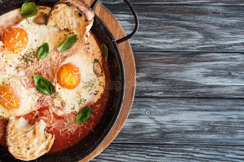 odgórny widok smakosz smażył jajka z serem, chlebem i kumberlandem w niecce, obrazy royalty free